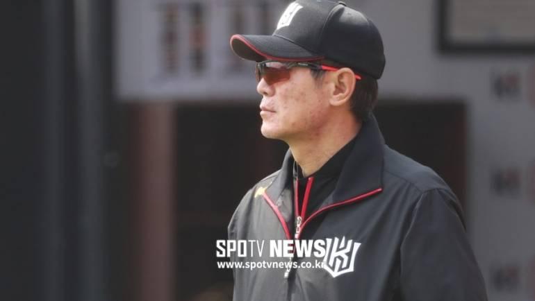 "[SPO 수원]6연패 끊은 kt 이강철 감독 ""선발투수 김민수, 앞으로 더 기대돼"""